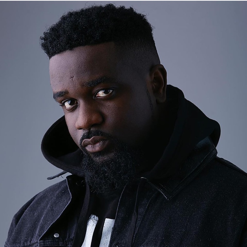 Sarkodie Kneels And Thanks Fans In Kumasi.